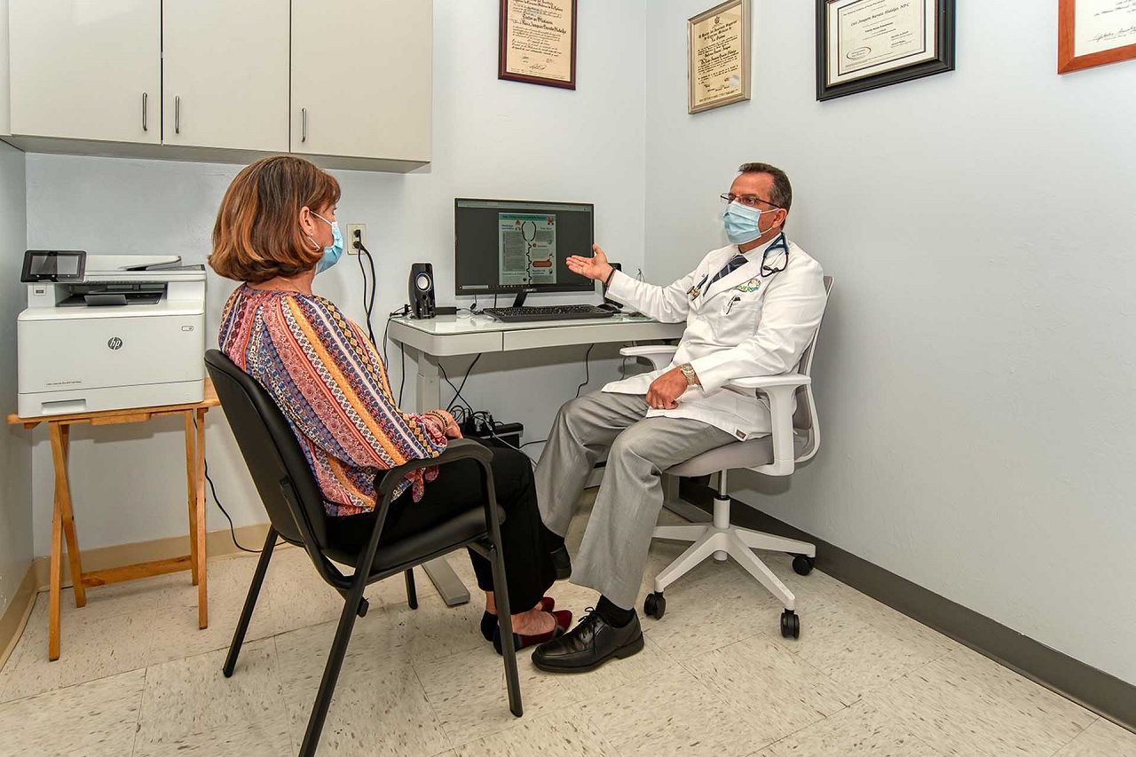 Picture of Dr Barata talking to a patient